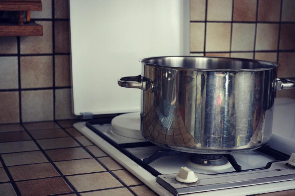 ASTUCES DE CUISTOT : Comment verser le contenu d'une casserole chaude ou d'un récipient facilement et en toute sécurité?